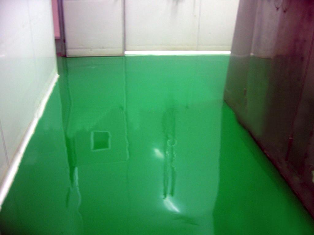 环氧玻璃钢地面附着力强,不剥落,不龟裂,耐油类,耐高温,抗老化,绝缘性能好。坚韧耐磨、抗压力、抗冲击、整体美观、无毒;色泽鲜艳,便于清洗。